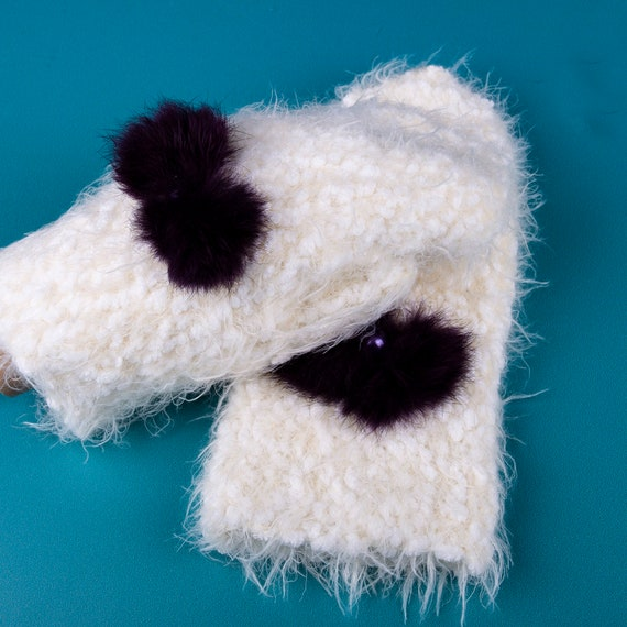 Knitted white mittens by Gunadesign