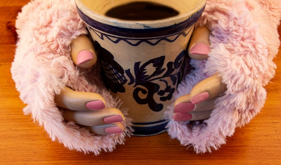 Finger-less pink fake fur gloves by GunaDesign