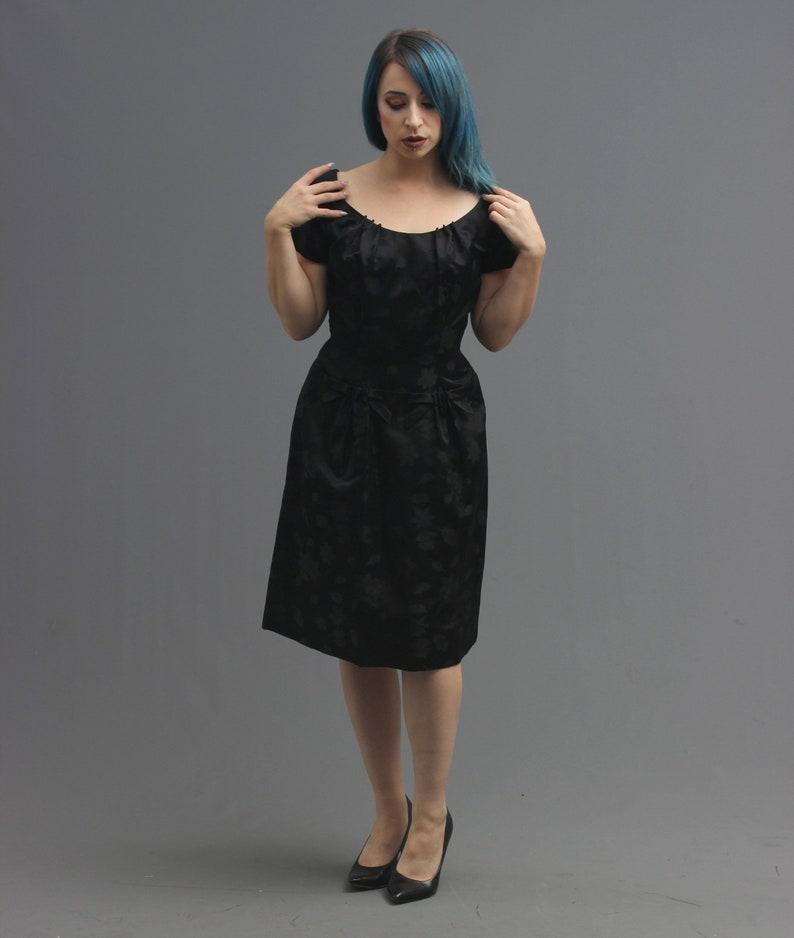 aa20aa8aa7c Des années 50   60 s noir Satin robe de brocart Feuilles
