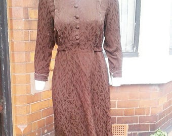 Stunning brown 1930s 40s rare volup dress with beautiful art deco details scalloped edge and the back of is pink and the collar