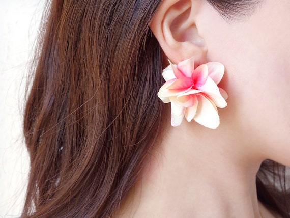 dancing petal earrings Brides made Goldsilver colorplated hooks Nickel free White green Summer Special Offer White Flower Earrings