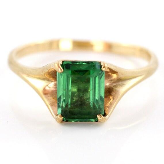 Vintage Green Stone Ring, 9K Yellow Gold Ring set