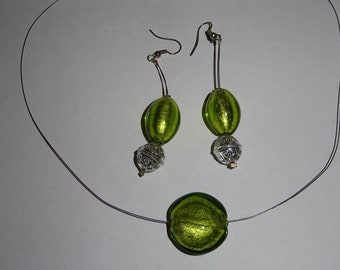 Adornment necklace and earrings with green glass beads