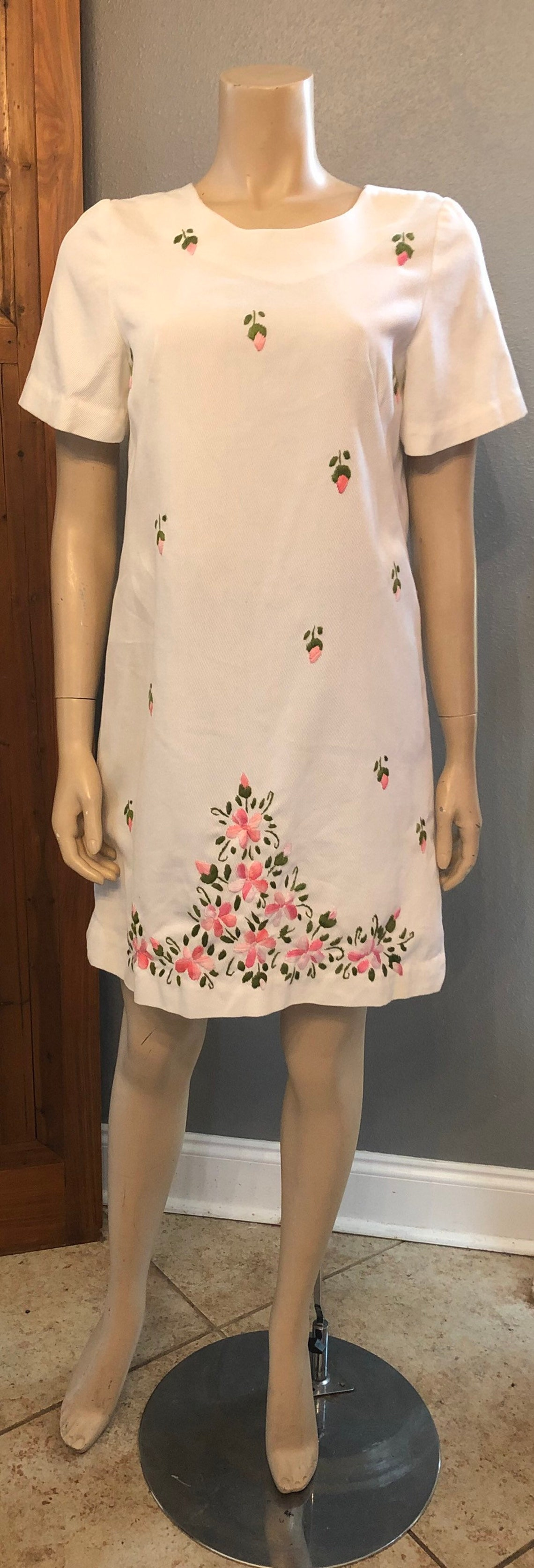 Cute Vintage 60s Mod Gogo dress with Pink Floral Embroidery /