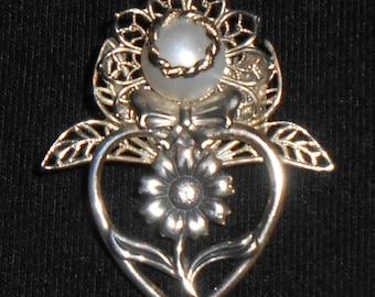 Sweet silver daisy angel pin.