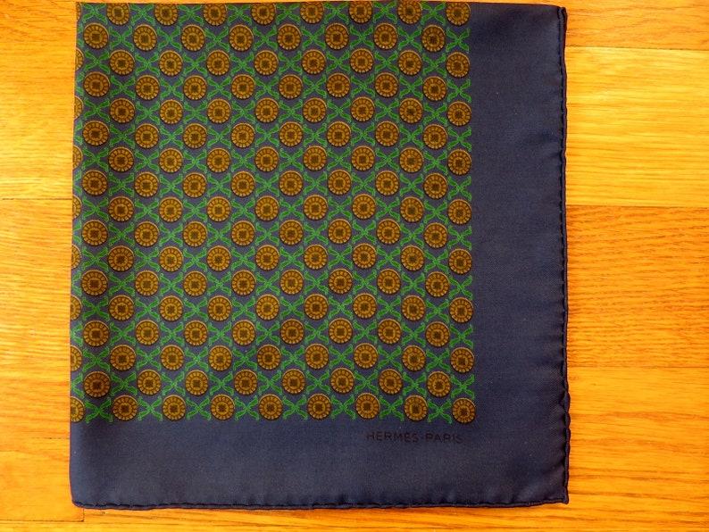 809796038d0 Foulard gavroche Hermès à décor géométrique sur fond bleu