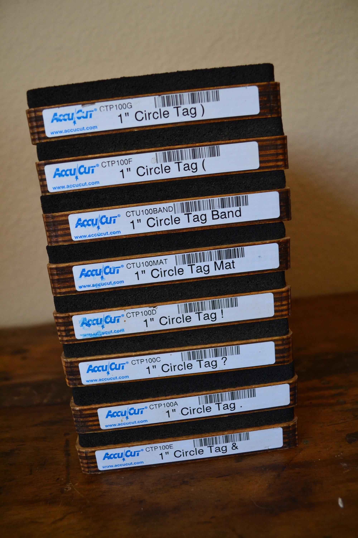 Cercle AccuCut Tag CTU100 Typeset personnages - jeu de matrices 8 matrices de 973dd1