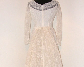 Vintage 1950s Lace Wedding dress with removable train... Beautiful !!