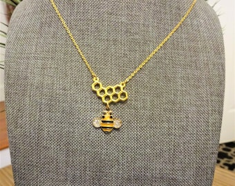 BEE & HONEYCOMB NECKLACE - Queen bee necklace on a gold plate chain