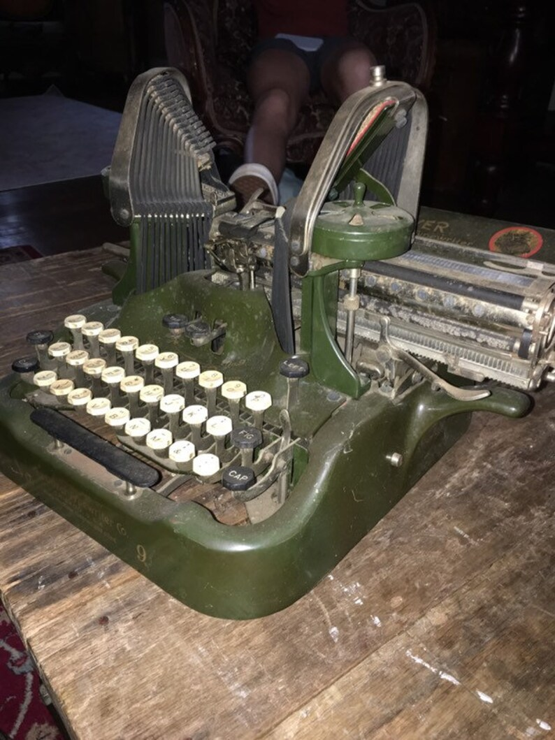 Antique Typewriter ~ Oliver No 9 ~ Bat Wing Keys **** Brilliant Typewriter **** With Original Metal and Wood Case