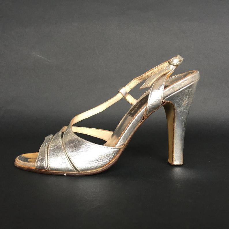 0cf552048808e 80er Jahre Silber Riemchen-Sandalen, Damen Silber Leder Slingback 10 cm  hohen Absätzen Knöchel Riemen Disco elegant offene Sandalen EU 36, uns 5'5,  ...