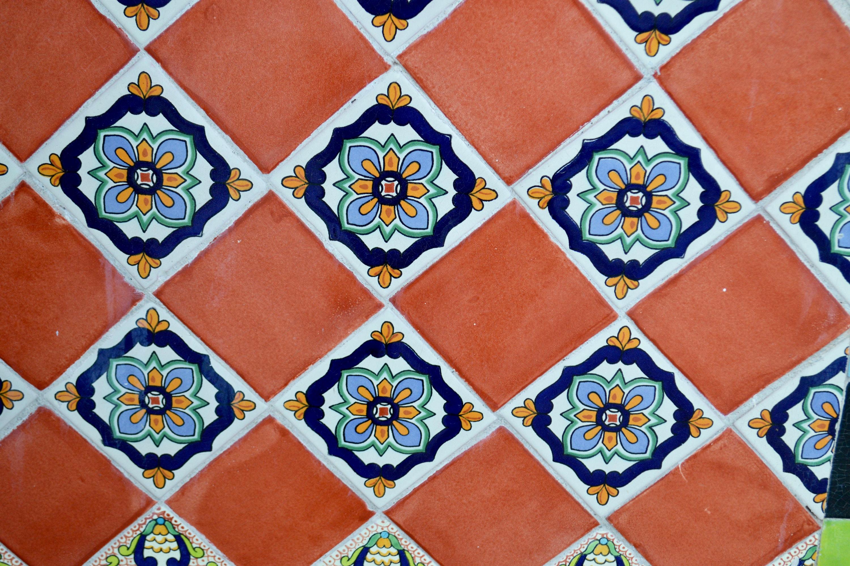 Tavolo con piastrelle talavera messicana rosso viola con toni