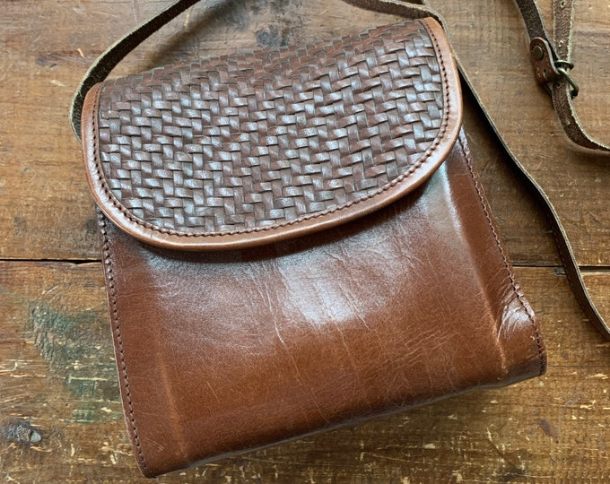 1970s Brown Leather Crossbody Purse with Basket Weave Opening. Perfect Fall Boho Handbag. Sustainable Vintage Fashion Accessory.