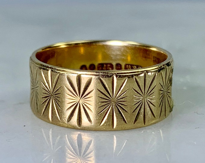 Vintage Gold Wedding Band or Stacking Ring in 9k Yellow Gold. Estate Jewelry. 1960s. Size 5. Full European Hallmark.