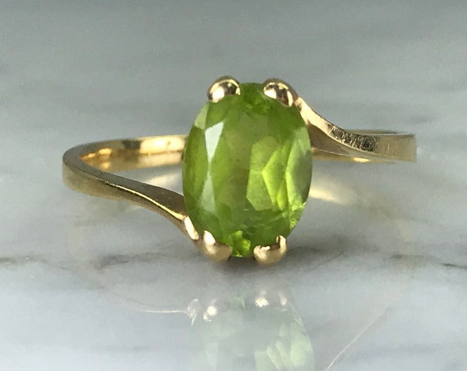 Vintage Green Peridot Solitaire Ring in 10K Gold. Unique Engagement Ring. August Birthstone. 16th Anniversary. Estate Jewelry.