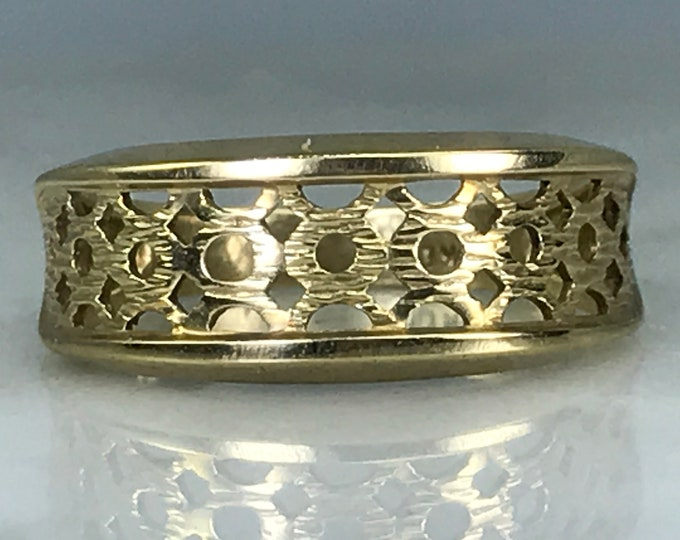 Vintage Gold Wedding Band or Ring with Lattice Design. Yellow Gold Stacking Ring. Size 6 1/2 US. Weighs 2.4 Grams. Estate Jewelry.