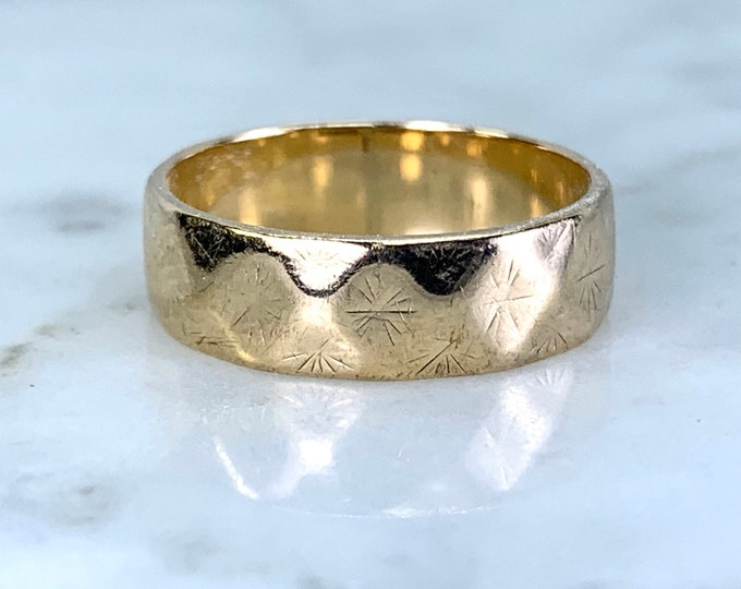 1960s Etched Gold Wedding Band or Stacking Ring in 9k Yellow Gold. Estate Jewelry. Size 4 1/2. Full European Hallmark.