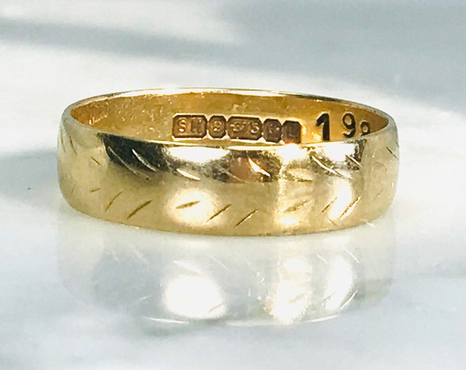 1930s Etched Gold Wedding Band in 9k Yellow Gold. Etched Stacking Ring. Size 6 1/4. Estate Jewelry