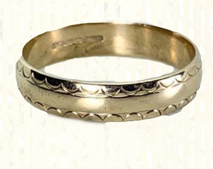 1900s Antique Wedding Band or Stacking Ring in Solid Yellow Gold with Scalloped Etching. Estate Jewelry. Full European Hallmark.