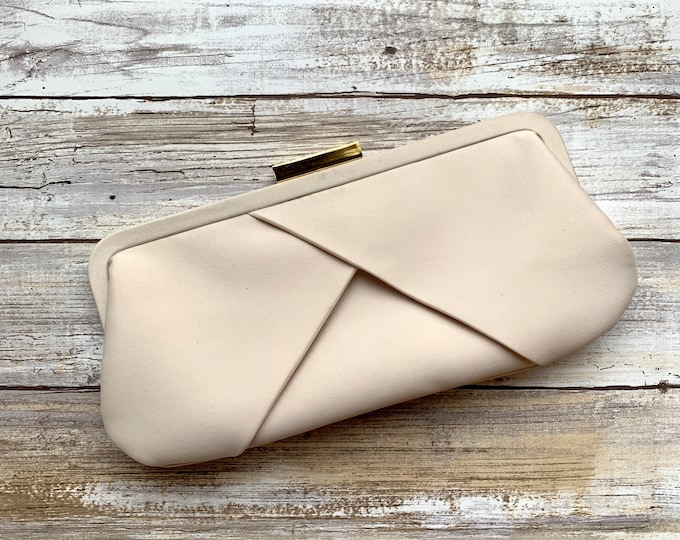 1980s Sophisticated Cream Clutch by La Regale. Perfect Neutral Evening Bag or Purse. Sustainable Vintage Fashion Accessory.