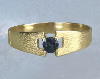 Vintage Sapphire Ring in a 18K Yellow Gold Setting. Unique Engagement Ring. Estate Jewelry. September Birthstone. 5th Anniversary Stone.