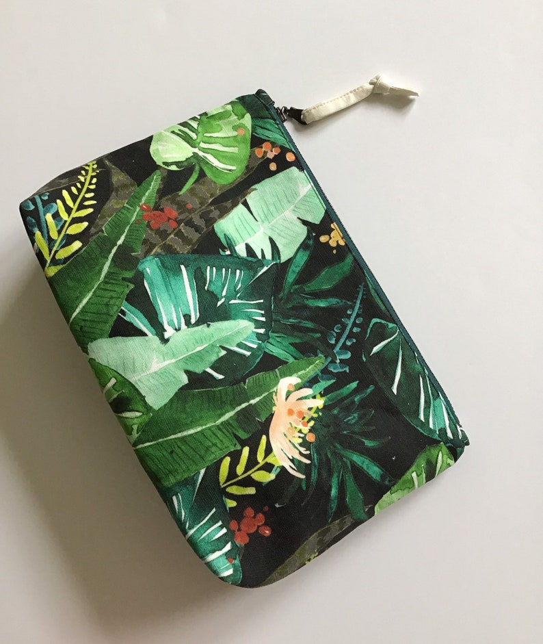 Medium zipper pouch in cotton and linen green leaf jungle image 0