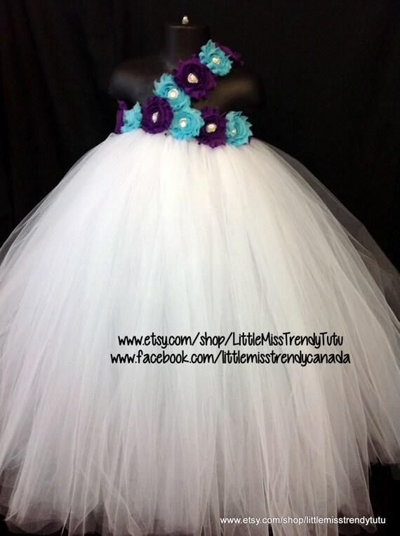 Vestido blanco con flores turquesas