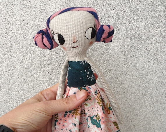 Big eyes Art doll in cotton and linen. Fabric hair. 27 cm.