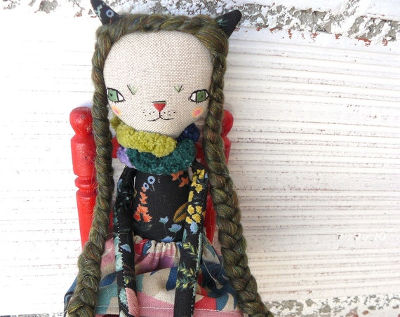 Little cat doll in cotton and linen. Wool hair.  28 cm.