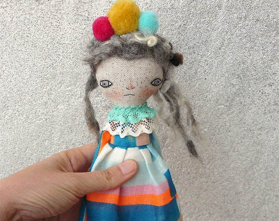 Art doll in cotton and linen. Wool hair. 29 cm.