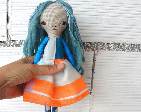 Art doll in cotton and linen. Wool and cotton hair. 28 cm.