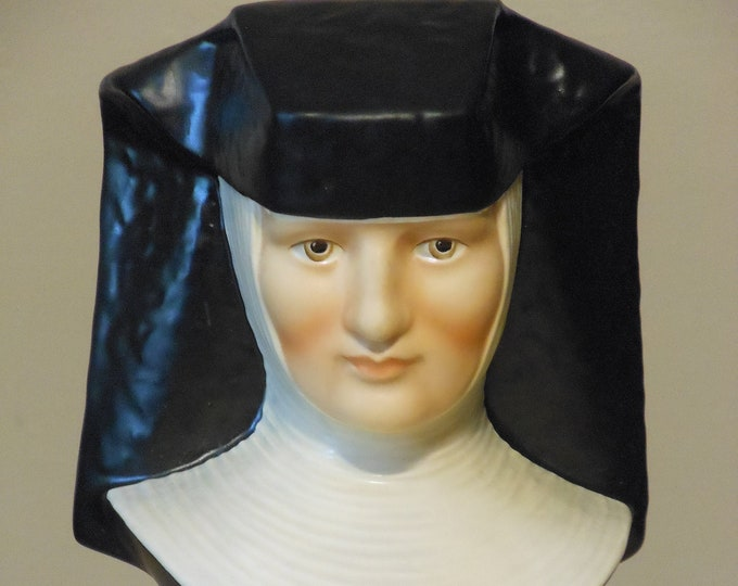 Exclusive Special Edition Goebel Collectors Club Vintage M.J. Hummel Nun Figurine
