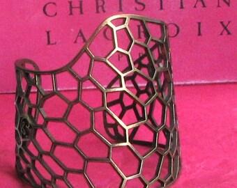 Manchette dentelle de CHRISTIAN LACROIX, en métal doré patiné vintage
