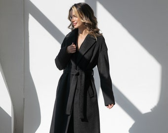 Demi-season wool coat-robe with a dropped shoulder line and a turn-down English collar