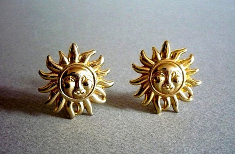a8e14325a8f VERSACE Authentic Vintage Gold Plated Laughing Sun Face Clip