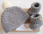 Grey crochet baby gift set New baby gift Newborn hat and shoe set Baby shower gift New baby photo prop Pom pom baby shoes Baby pom pom hat