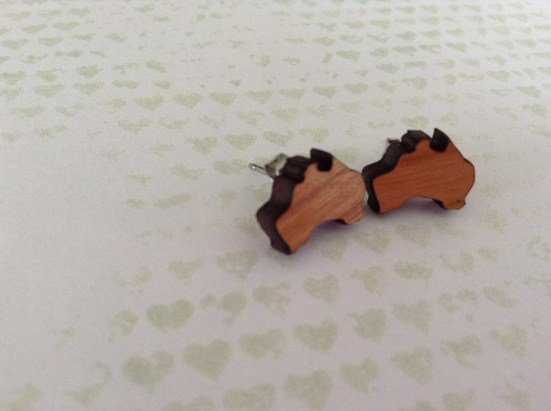 Australiana 1x pair of cherry wood Aussie earrings oz 12mm wooden Australia design set on surgical steel posts Australia Earrings