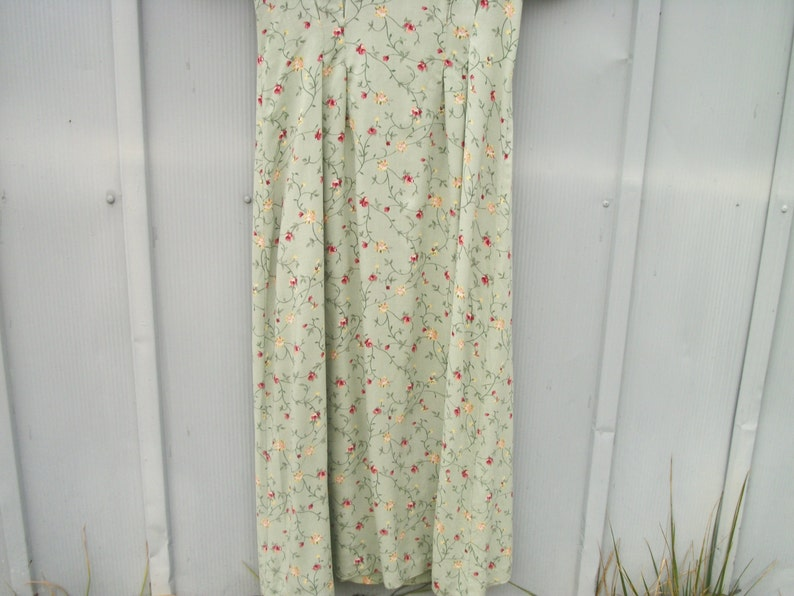 a Pretty Pretty 90s Size 6 Long Green Tiny Flowers Dress in 40s Print Flowing with a few Nips and Tucks