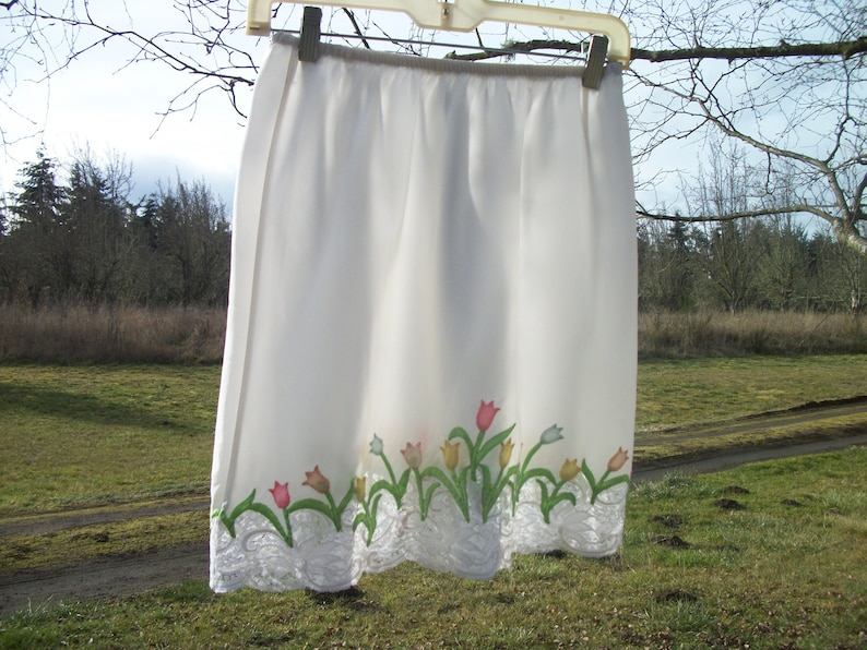 Darling 60s 70s Vintage Small Semi Satiny TULIPS /& LACE Shorty SLIP Flowers are Applique