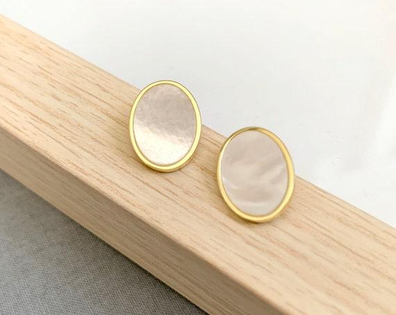 Mother of Pearl Earrings / Bridesmaid earrings / Minimalist earrings /Oval gold post earrings