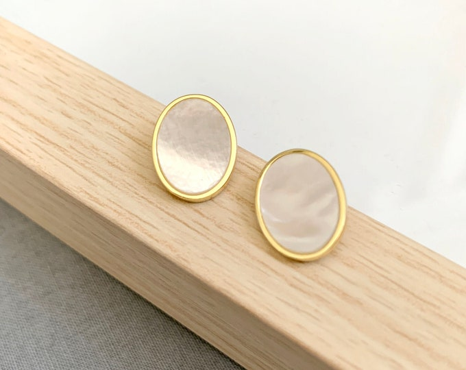 Mother of Pearl Earrings / Bridesmaid earrings / Minimalist earrings /Oval gold post earrings
