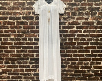 1920s White Cotton Night Gown with Delicate Floral Embroidery. Short Sleeve Chemise Dress by Julius Garfinkel and Co. Size Small 36B