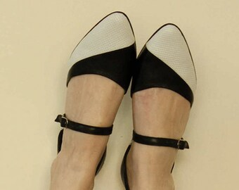 Women shoes // Black and white flats // Leather sandals // Pointy flats // Black leather flats // Two tone shoes // Super chic shoes