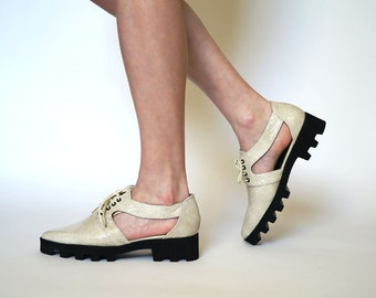 Leather oxford shoes // Womens brogues // Womens shoes // Off White oxfords // Platform shoes // Pointy flats // Cut outs // Off White flats