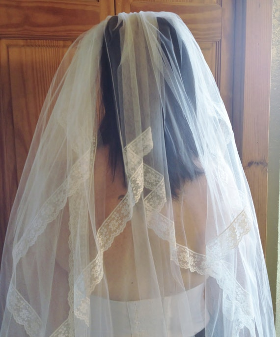 1950's White Tulle & Lace Wedding Veil with Faux … - image 2