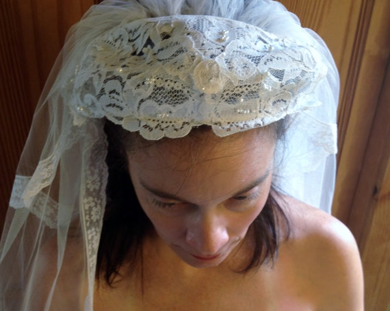 1950's White Tulle & Lace Wedding Veil with Faux … - image 3