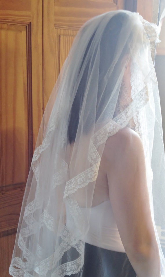 1950's White Tulle & Lace Wedding Veil with Faux … - image 5