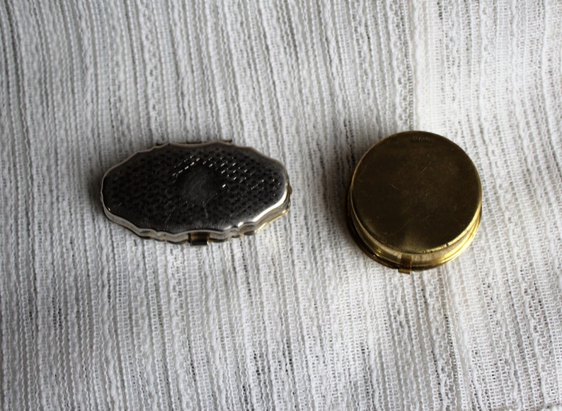 Cute set Vintage pill boxcompact Perfect for your purse Vintagetwogoldmetalsilverpretty picturepill boxsettwopillboxescompacts