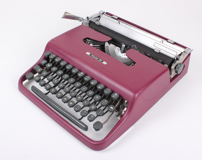 CUSTOM-MADE Working typewriter - Burgundy Olivetti Pluma 22 - vintage typewriter - Hispano Olivetti - maroon- qwerty- Typewriter.Company -