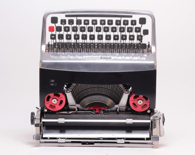 """LIMITED EDITION OLIVETTI Lettera32 """"chrome"""" silver/black mint condition perfectly working typewriter - Professionally Serviced"""